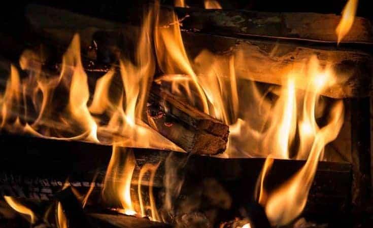 brandend openhaard hout